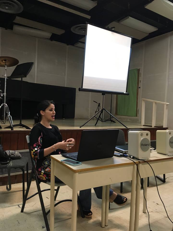 "Photo of Mila Aponte-González presenting her conference ""Sonoridad y composición: Humanidades Digitales"" at UPR-Río Piedras (2018)"