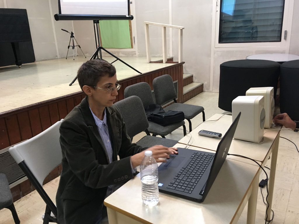 "Photo of Nora Ponte Cobo presenting her conference ""Sonoridad y composición: Humanidades Digitales"" at UPR-Río Piedras (2018)"